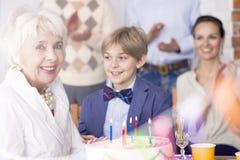 Старшая женщина празднуя день рождения стоковая фотография rf