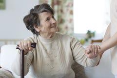 Старшая женщина смотря ее попечителя Стоковая Фотография