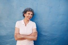 Старшая женщина смотря счастливо на космосе экземпляра Стоковые Фото
