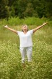 Старшая женщина стоя с открытой рукой Стоковые Фотографии RF