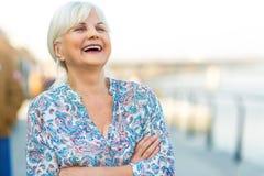 Старшая женщина стоя outdoors стоковые фото