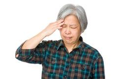 Старшая женщина страдает от головной боли Стоковые Фото