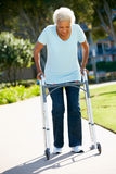 Старшая женщина с гуляя рамкой стоковая фотография rf