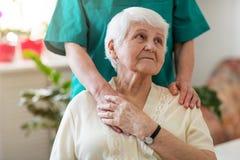 Старшая женщина с ее женским попечителем стоковое изображение