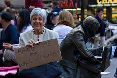 Старшая женщина с знаком протеста на Occupy Уолл-Стрит Стоковое фото RF