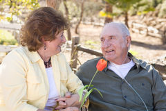 Старшая женщина с пробками кислорода человека нося Стоковые Фотографии RF