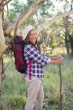 Старшая женщина с рюкзаком и ручкой Стоковое Изображение