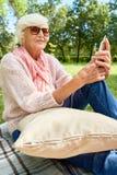 Старшая женщина с современным прибором Стоковое фото RF
