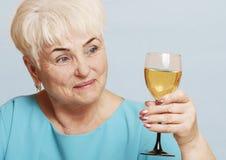Старшая женщина с стеклом белого вина Стоковое Изображение RF
