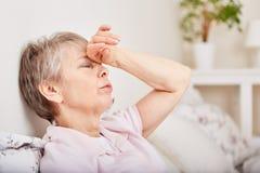 Старшая женщина с headhache стоковое изображение rf