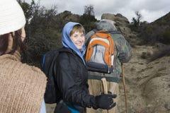 Старшая женщина с Hiking семьи Стоковое Изображение RF