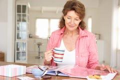 Старшая женщина scrapbooking Стоковая Фотография RF