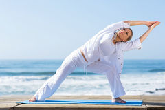 Старшая йога женщины Стоковое Фото
