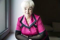 Старшая красивая женщина в доме стоковое изображение rf