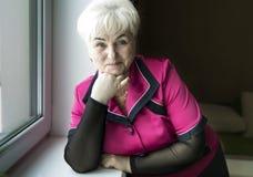 Старшая красивая женщина в доме стоковая фотография