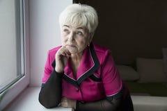Старшая красивая женщина в доме стоковые фотографии rf