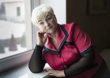 Старшая красивая женщина в доме стоковые изображения rf