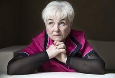 Старшая красивая женщина в доме стоковое фото rf