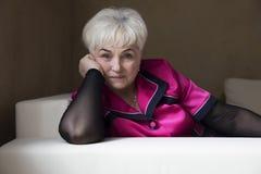 Старшая красивая женщина в доме стоковое фото