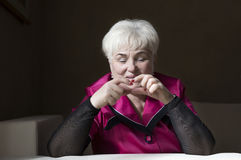 Старшая красивая женщина в доме стоковое изображение
