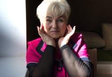 Старшая красивая женщина в доме стоковые фото