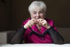 Старшая красивая женщина в доме Стоковые Изображения