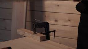 Старшая доска sawing плотника сток-видео