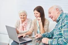 Старшая пара делает курс компьютера стоковые фотографии rf