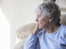 Старшая пробуренная женщина смотря осадку и Стоковые Фотографии RF