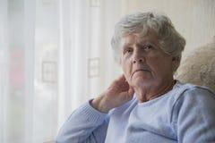 Старшая пробуренная женщина смотря осадку и Стоковое фото RF