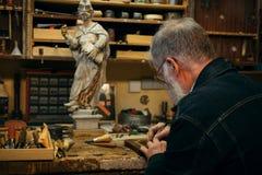 Старшая древесина высекая профессионала во время работы Стоковое Изображение