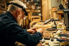 Старшая древесина высекая профессионала во время работы Стоковая Фотография RF