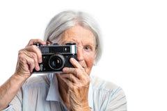 Старшая стрельба женщины с ретро камерой Стоковое Изображение