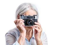 Старшая стрельба женщины с ретро камерой Стоковое Изображение RF