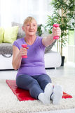 Старшая тренировка женщины с весами дома Стоковое Фото