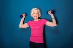 Старшая тренировка женщины фитнеса с гантелями Стоковые Фотографии RF