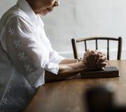Старшее вера молитве женщины в вероисповедании христианства Стоковая Фотография