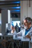 Старшее исследование приведения в исполнение профессора/доктора химии экспериментирует стоковая фотография rf