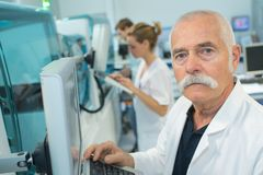 Старшее мужское научное исследование приведения в исполнение исследователя в лаборатории Стоковая Фотография RF