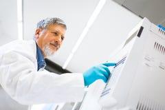 Старшее мыжское научное исследование приведения в исполнение исследователя в лаборатории Стоковые Фотографии RF