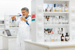 Старшее мыжское научное исследование приведения в исполнение исследователя в лаборатории Стоковое Изображение