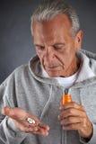 Старшее принимая лекарство Стоковые Изображения RF