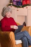 Старшее рождество e-читателя женщины Стоковое фото RF