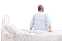 Старшее терпеливое усаживание на больничной койке Стоковые Фотографии RF