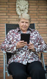 Старшее eBook чтения женщины Стоковые Фото