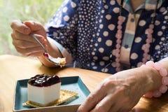Старшее senoir есть чизкейк голубики на кафе азиатские пожилые люди Стоковые Изображения RF