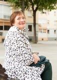 Старшее sittin женщины на стенде Стоковые Изображения