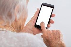 старшее smartphone используя женщину Стоковое фото RF