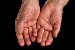 Старшей руки сморщенные женщиной Изолировано на черноте Стоковое Фото