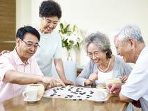 Старшие азиатские люди играя weiqi Стоковые Фотографии RF